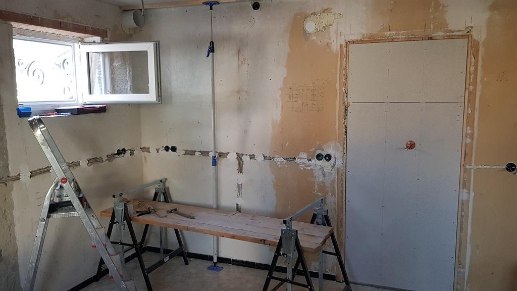 Türen werden geschlossen, Fenster und Lüftung eingebaut, eine neue Küche entsteht