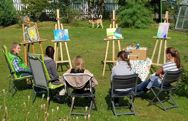 Austausch mit Kunsttherapeutischer Begleitung in unserem Garten. Foto ist © Manfred Laib