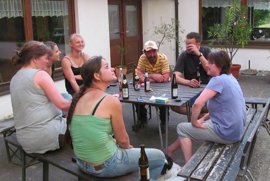 viele Freunde und die Familie haben jährlich bei der Heuernte fleißig mitgeholfen